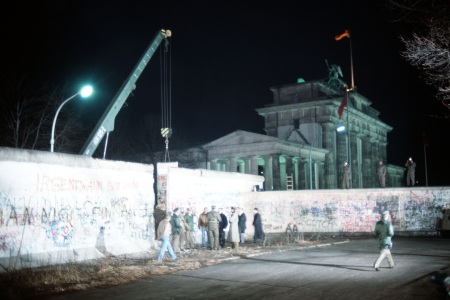 Crane removing part of Berlin Wall at Brandenburg Gate, December 21, 1989. (SSGT F. Lee Corkran/US Dept of Defense). In public domain.