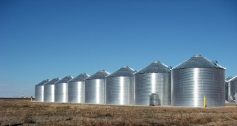 Steel grain silos, Ralls, Texas, October 12, 2010. (Leaflet via Wikipedia). In public domain.