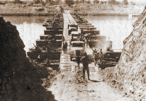 Egyptian forces cross on one of the bridges laid across the Suez Canal, October 7, 1973.   (CIA/Soerfm via Wikipedia). In public domain.
