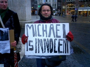 Fans protest Michael Jackson's innocence in the child molestation scandal, Paris, France, December 17, 2003. (Rafael Rozendaal via Wikipedia). Released to public domain via Creative Commons 2.0.