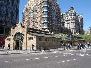 Original control house (left) and newer control house, on opposite sides of 72nd Street  (IRT Broadway – Seventh Avenue Line), New York, NY, April 13, 2010. (Gryffindor via Wikipedia). Released to public domain via CC-SA-3.0.