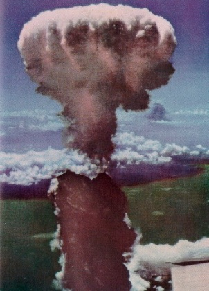 Color version of mushroom cloud over Nagasaki, Japan, August 9, 1945. (http://www.mphpa.org via US Army Air Force). In public domain.